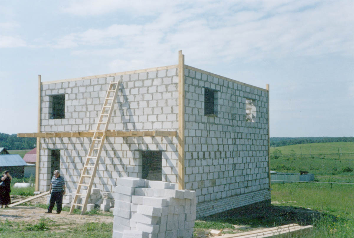 Преимущества домов из газоблоков и цены на этот строительный.